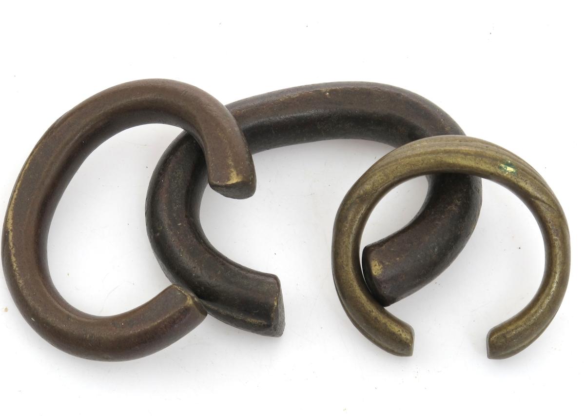 Åpen ring støpt i bronse.