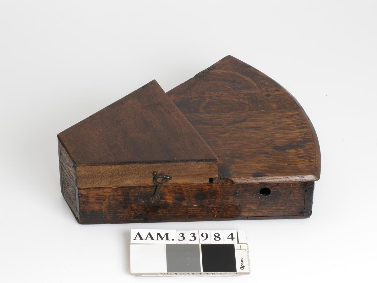 Sekstant  (a) i kasse (b) eller etui av tre.