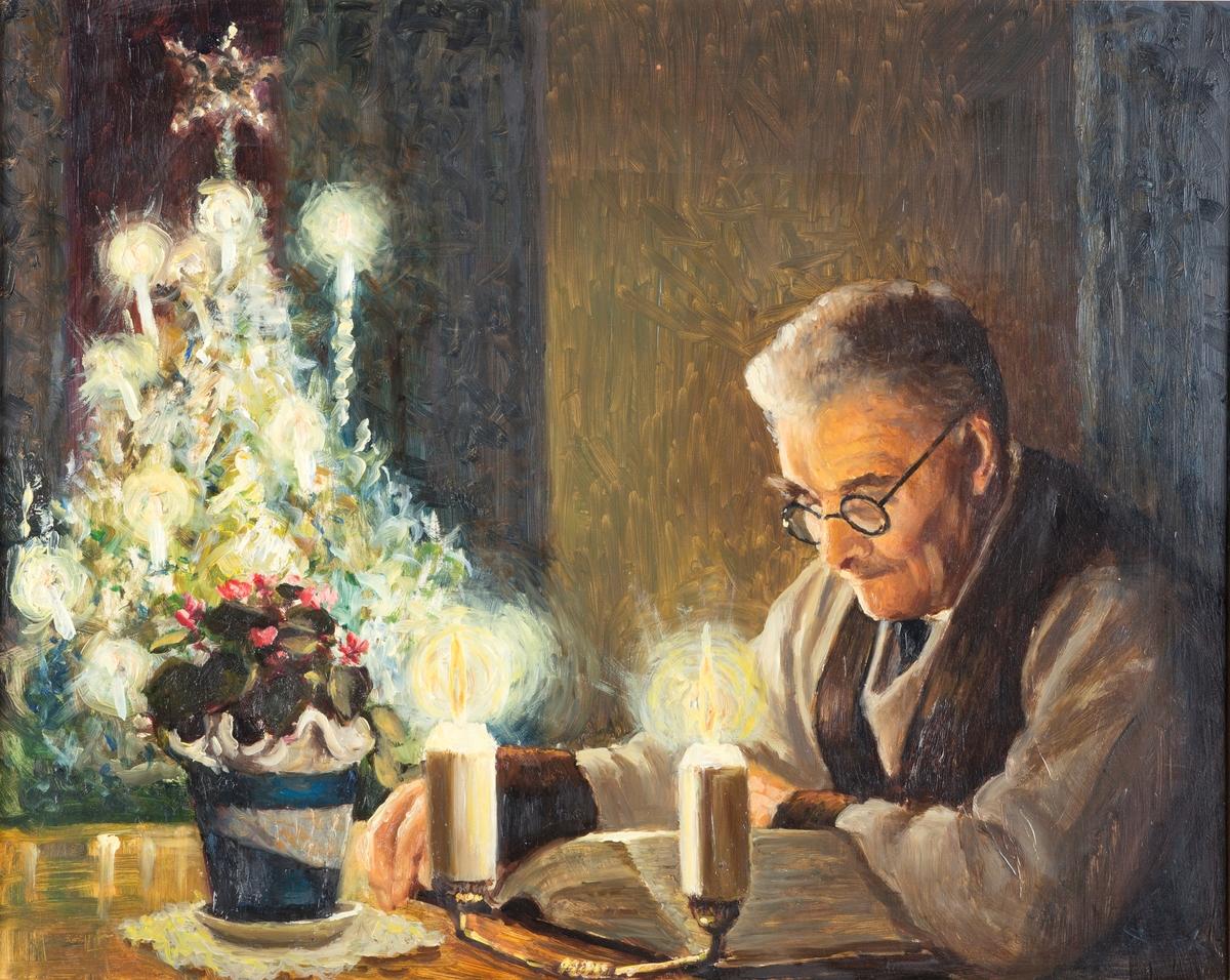 Stukkaturramme. Maleriet er satt i paspartou. Motiv: Eldre mann med briller(Almas far)  leser antakelig juleevangeliet. Juletre og levende lys.