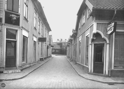 Byggnaderna till vänster brandskadades 1940 och 1958 därefter revs byggnaderna. Byggnaderna till höger revs i samband med bygget av Kronan 1974.