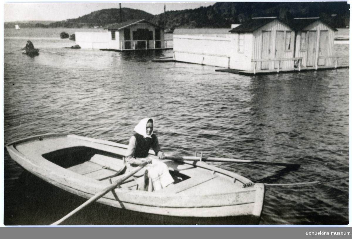 Kvinna vid årorna vid Gustafsbergs badhus