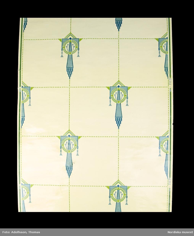 Tapetrulle, del av. Tvättbar badrumstapet i jugendmönster. Ljust gul kakelimitation med kantiga senjugendornament i blått och grönt utplacerade i s.k. half drop i varannat kakelhörn. Ej kantskuren. /Maria Maxén 2015-04-08