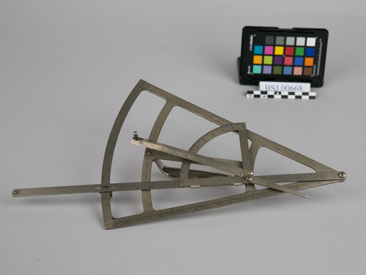 Peileinstrument for bestemmelse av avstanden fra et skip til et fast punkt. Trekant med skyvbar linjal merket med tall og håndtak på undersiden.