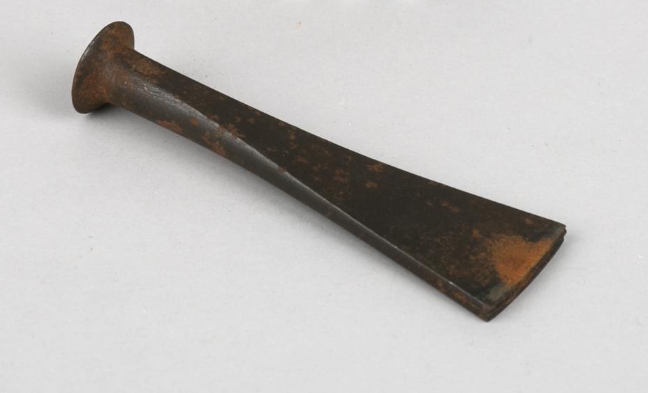 Drivjern. Trekantet flatt jernblad med rundt skaft. Flatt hode øverst.