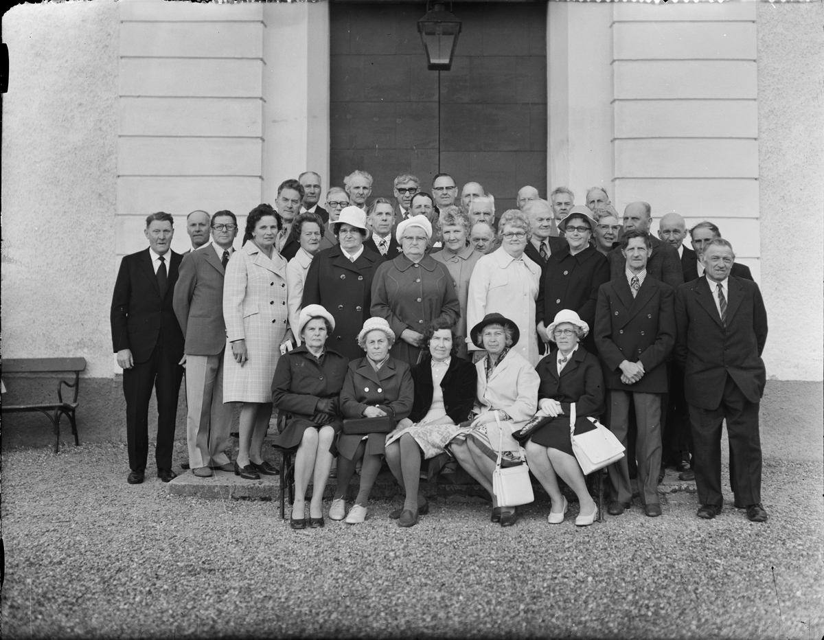 Grupporträtt - Jubileumsträff för konfirmander födda 1910, Börstils kyrka, Uppland