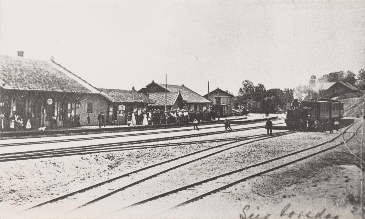 Lier stasjon med tog til Lierbanen til høyre