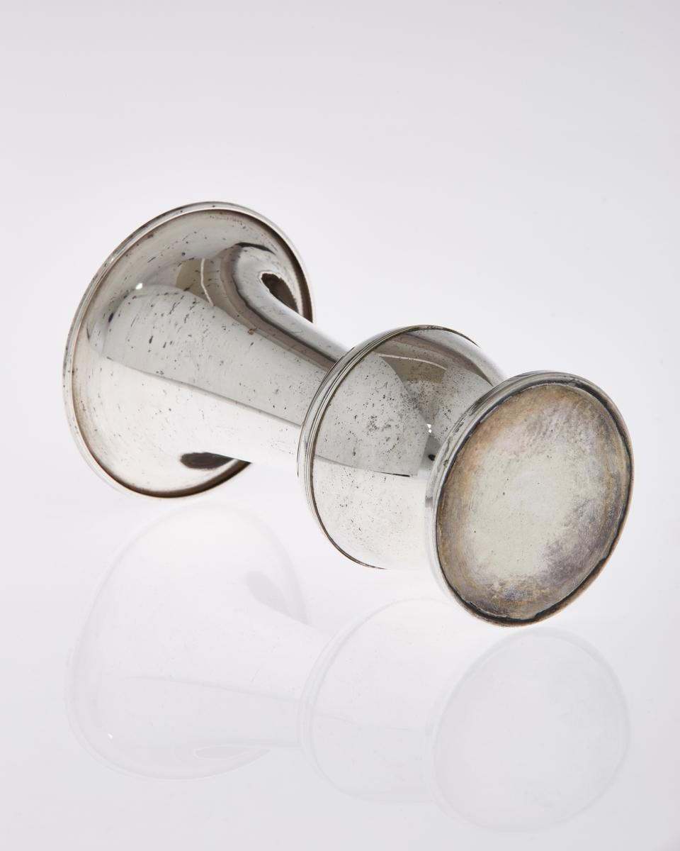 Pokal formet som vase, med stett i sølvplett. Har inskripsjoner.