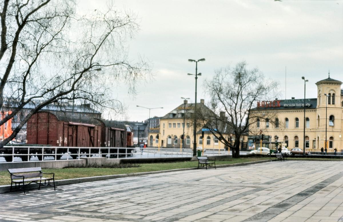 Diesellokomotiv Di 2 nr. 847 med godstog til Filipstad på Havnebanen foran Oslo Vestbanestasjon