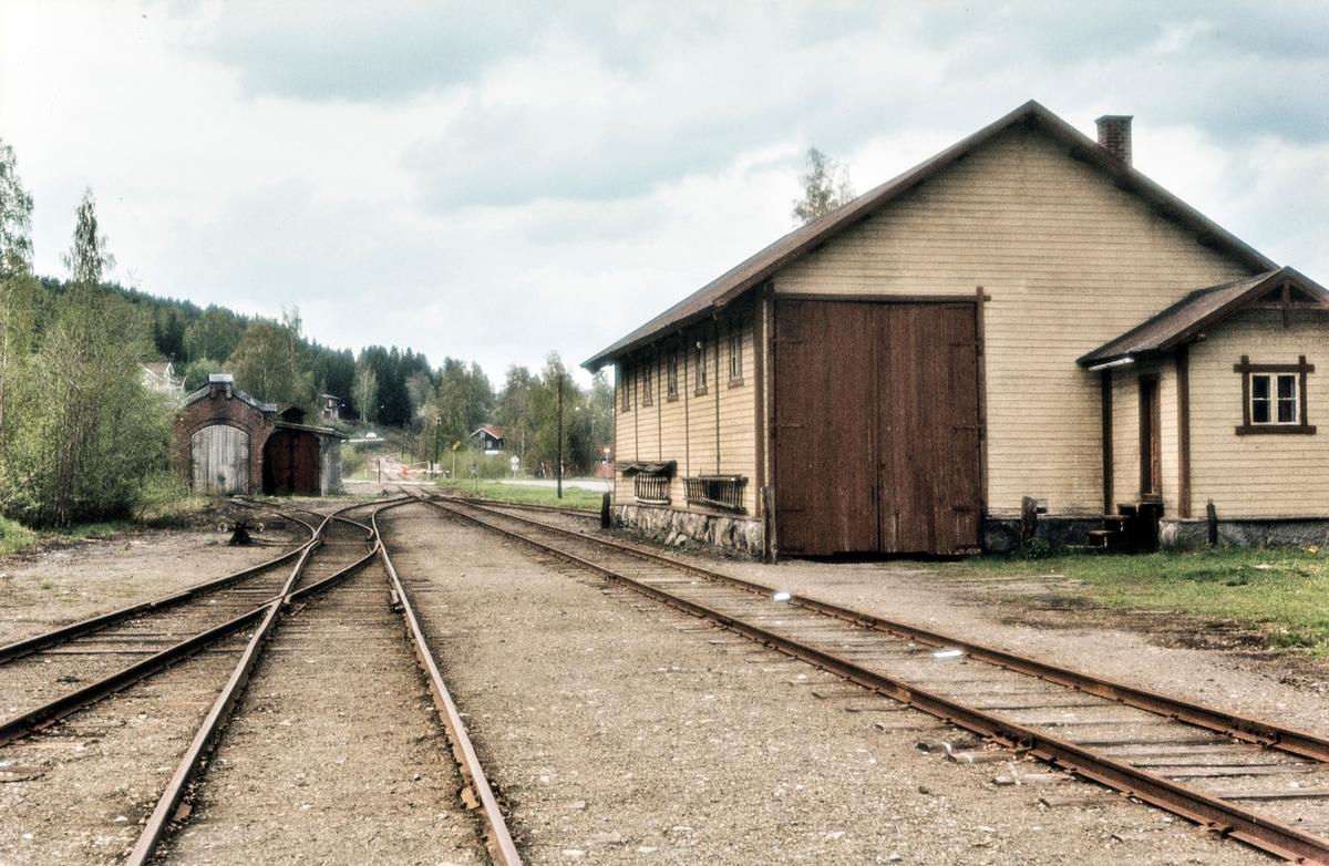 Godshuset (til høyre) på Skreia stasjon på Skreiabanen. Bak til venstre lokomotivstallen