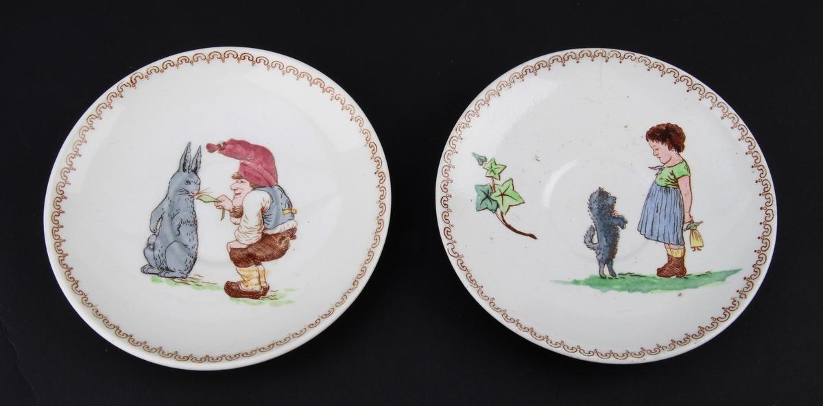 På den ene asjetten motiv av en nisse som mater en hare med et blad. På den andre asjetten motiv av en liten pike med en hund. Piken holder en dukke bak ryggen.