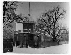 Bild tagen vintertid på Engblads Fotoateljé, en avlång byggn