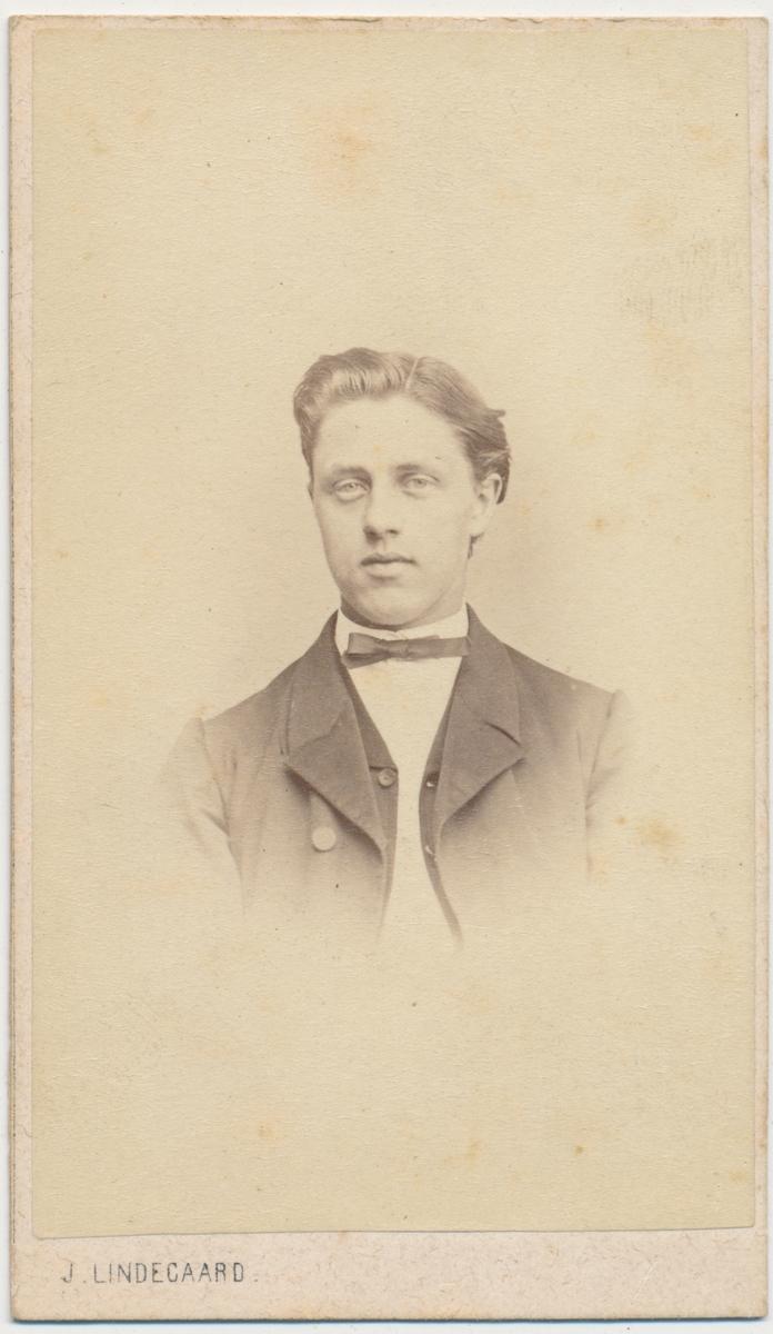 Foto helfigur av ung mann, ukjent.