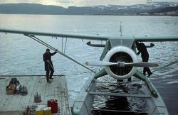 En Noorduyn Norseman er i ferd med å bli fortøyd ved en sjøf