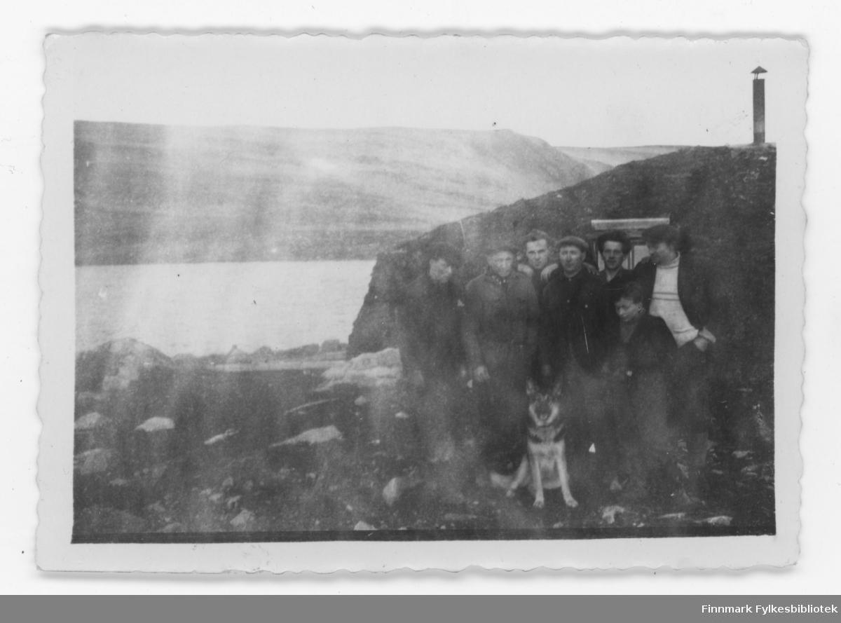 Hvem er disse mennene foran gamme og hvor i Nordkapp kommune eller Porsanger kommune?