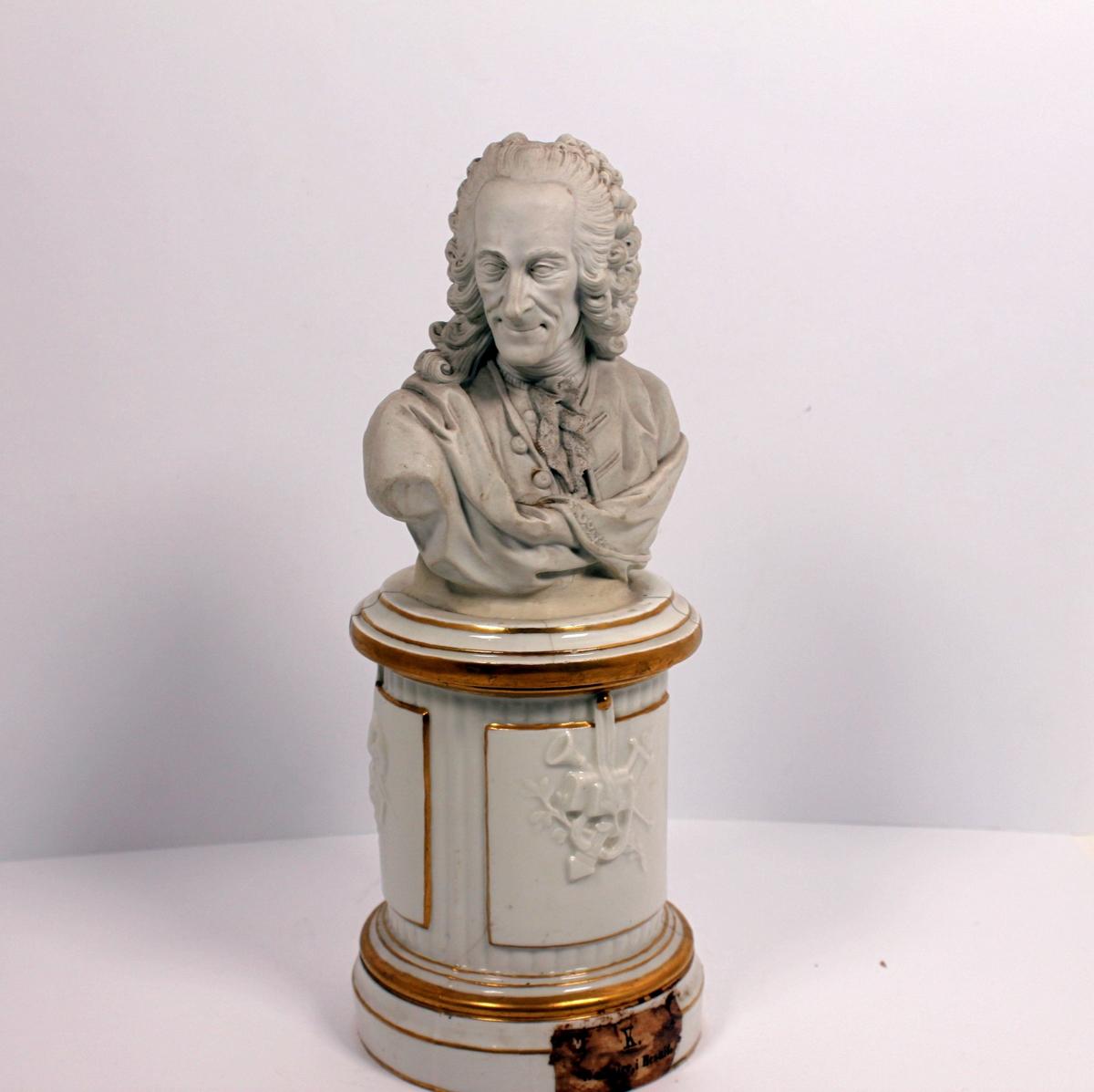 Byste av Voltaire i besuit