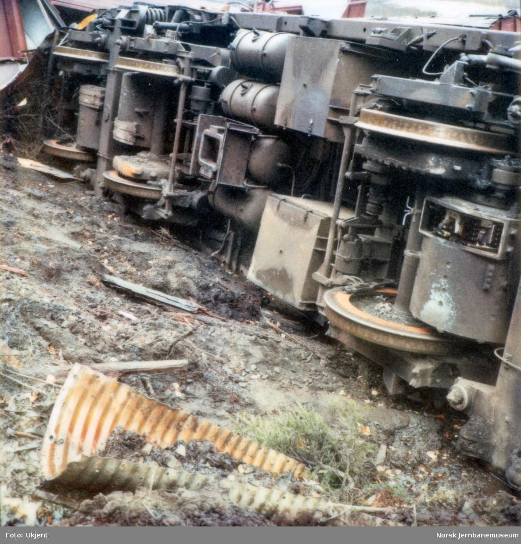 Avsporet og veltet lektrisk lokomotiv El 16 2204 etter å å kjørt inn i et jordras. Lokomotivet fikk store skader, men ble berget og reparert