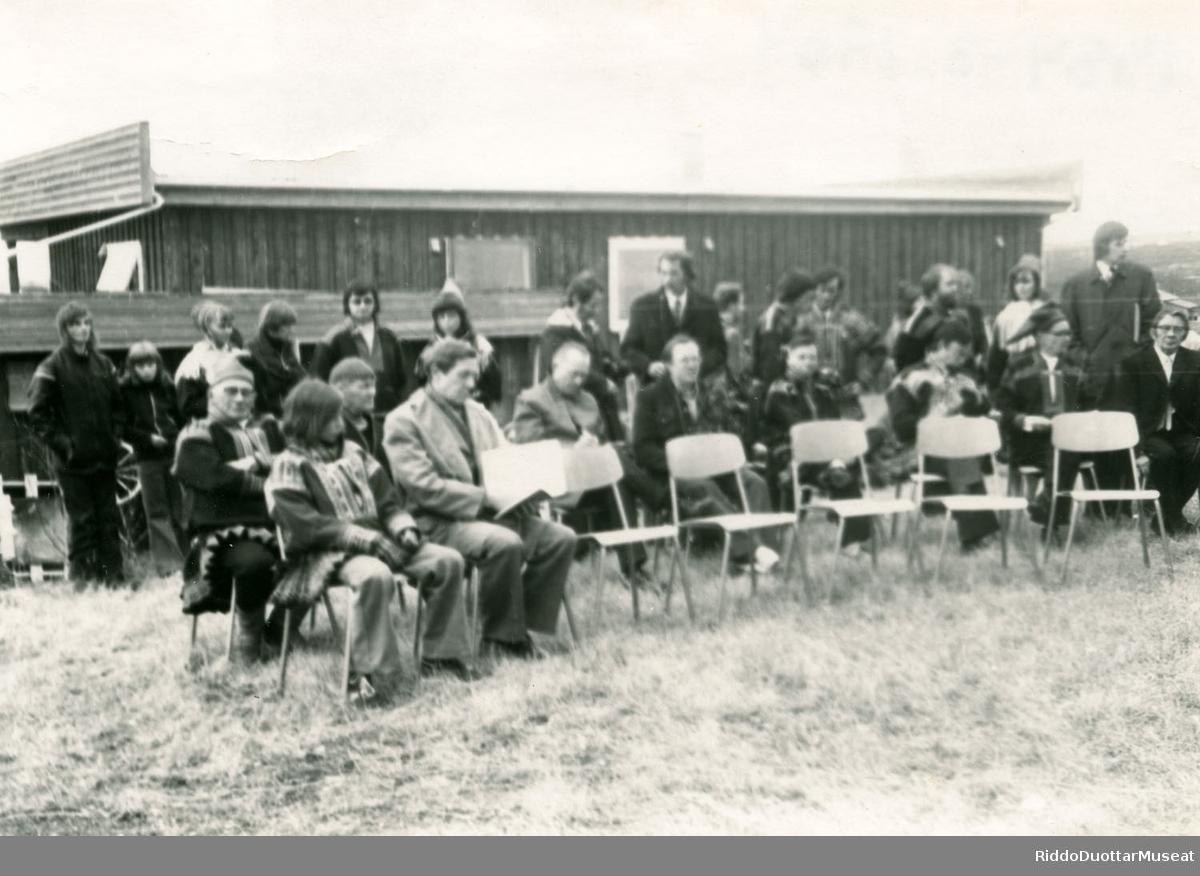 Instituhtta, ráhpan 1974. Åpningen av institutt.