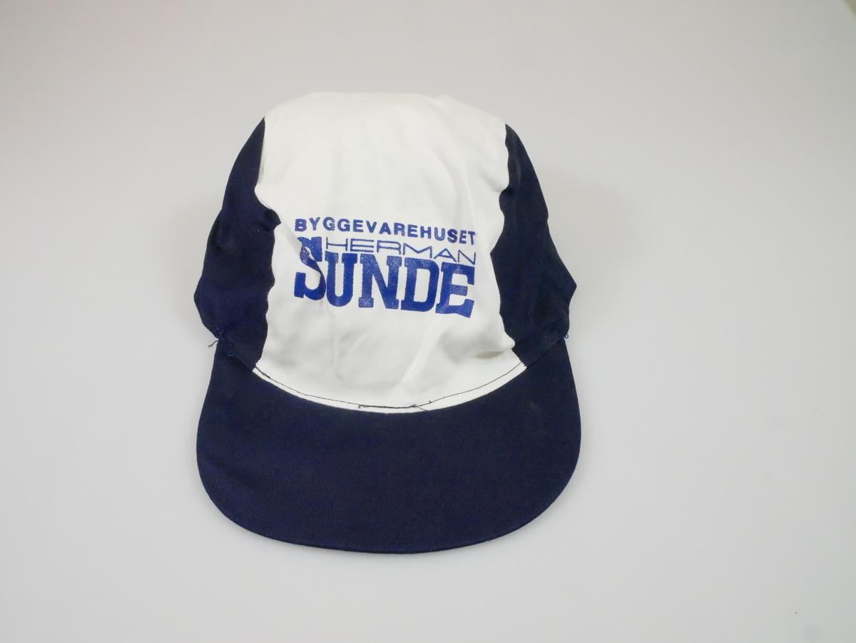 Blå og hvit skyggelue med blå stiv skyggeskjerm foran. Strikk sydd inn på baksiden.