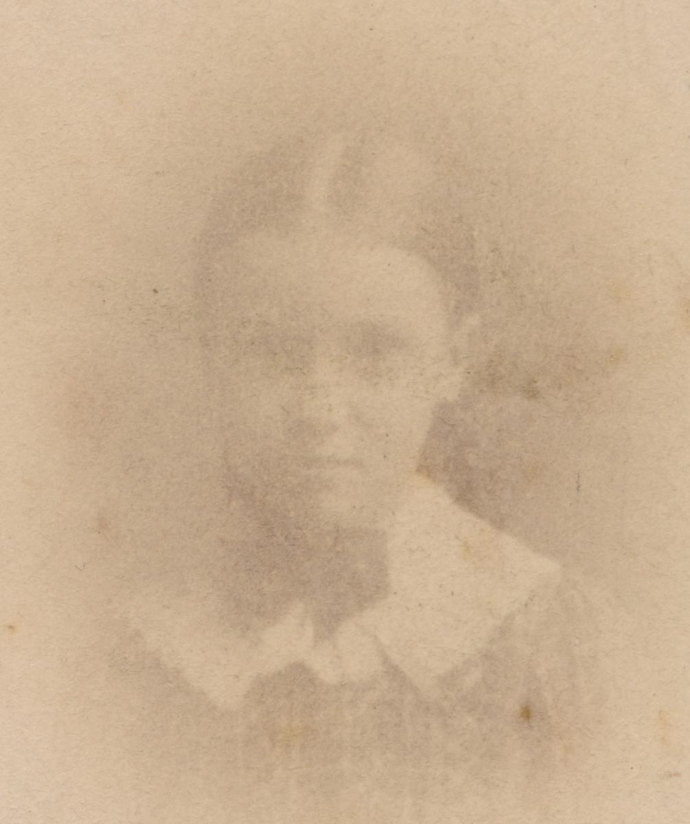 Portrett av ung jente ukjent men hun er 9 år på bildet