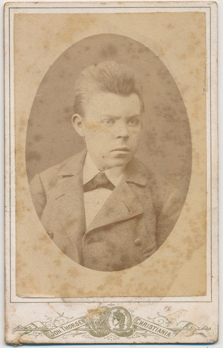 Portrett av ung gutt, ukjent. Konfirmasjonsbilde?