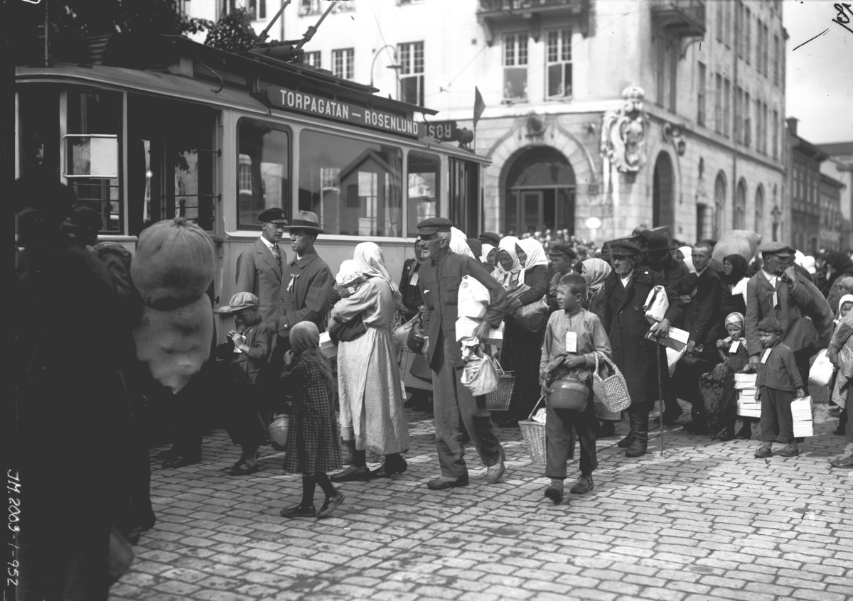 Svenskbybornas ankomst till Jönköping. Efter tågresan färdades man med spårvagn och bil till Ryhovsområdet i Jönköping för inkvartering i I 12:s gamla kasernbyggnader.