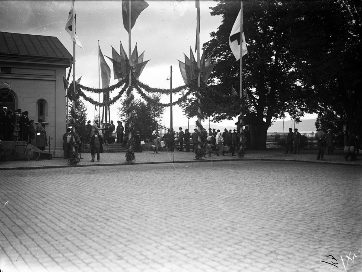 Vid Jönköpings Järnvägsstation hade tillfälliga flaggstänger rests med svenska flaggor och Röda Korsets flaggor när Gammalsvenskbyborna anlände fredagen 2 augusti 1929.
