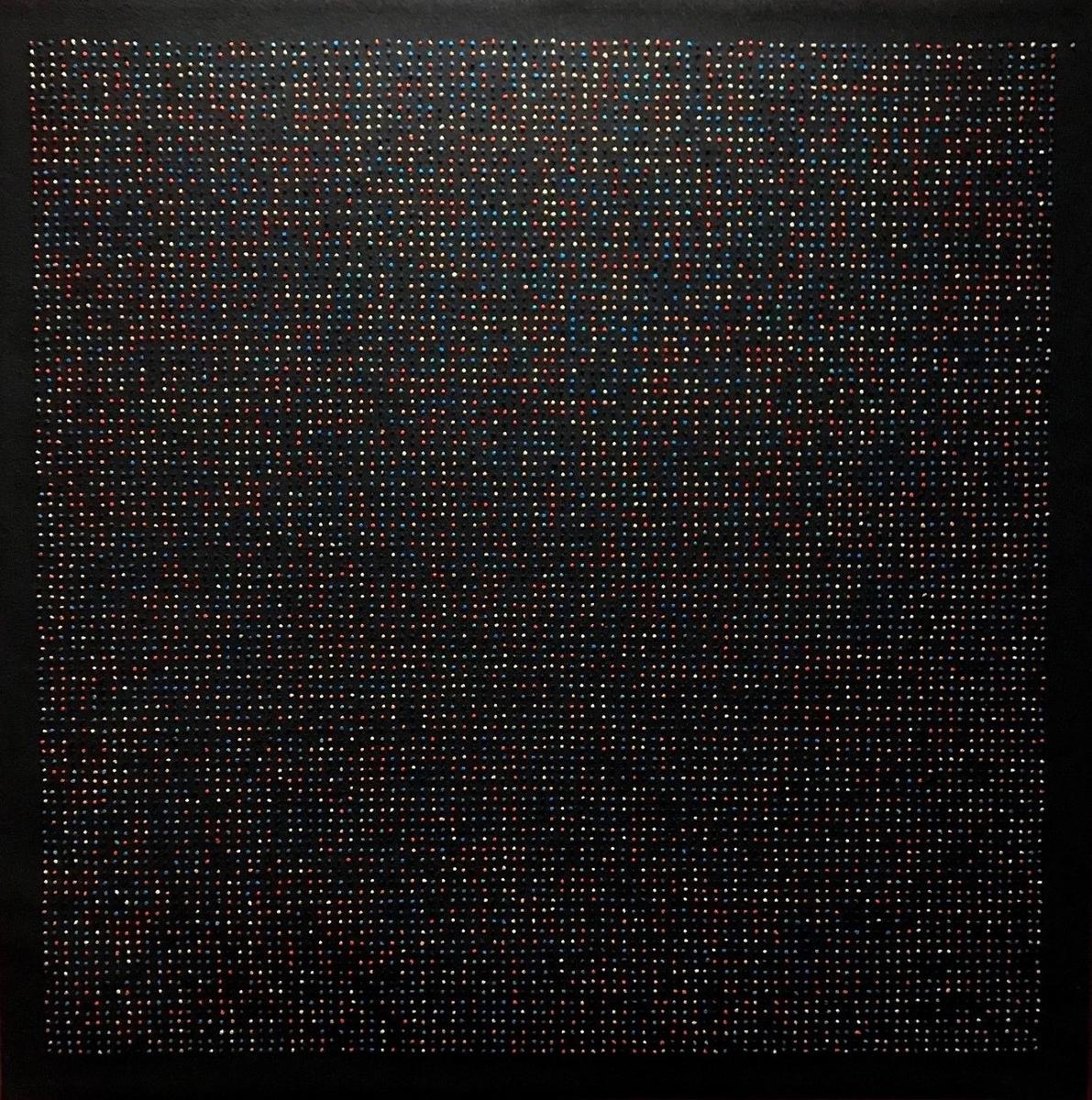 9802 broderte knuter i ulike farger på svart bunn. Knutene danner et kvadrat på 99 x 99 punkter, med en ubrodert del av bunnen som danner en ramme rundt ruten av de små fargepunktene. Én varmgul knute er satt utenfor ruten, øverst til høyre. Denne representerer tallet 3. Deretter følger, mot venstre og linje for linje nedover, et utsnitt av desimalene i pi, der hvert siffer fra 0 til 9 er gitt sin faste farge. Tallet pi forenkles gjerne i praktisk bruk i matematikken til 3,14, men desimalene etter kommaet slutter egentlig aldri. Pi er 3,141 592 653 589793238 …og så videre. Desimalene repeteres ikke i noe mønster, går ikke i sirkel og fortsetter altså i det uendelige. Verket er dermed en visualisering av pi, men ikke mer nøyaktig enn med 9801 desimaler. Fargepunktene representerer starten på en uendelighet. I komposisjonen opptrer de som kaos, men fordi de er små og mange, oppstår samtidig et rolig uttrykk.