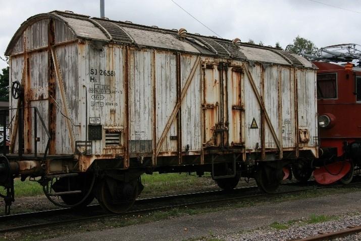 Kylvagn Hs 26581, H3 UIC-littera: Icmo UIC-nummer: 810 1 047-9 EVN-nummer:  43 74 2100 581-4  Standard SJ kylvagn. Isolerad vagn för is, med träkorg och högvälvt tak samt bromsplattform med ratt.  Vagnen fick ny korg och bromshytten borttagen 1931, rullager 1945 och nuvarande utseende 1954. Vagnen är försedd med anordning för iskylning och luckor i taket. Den har aldrig haft någon form av maskineri.  Vagnen är under upprustning.