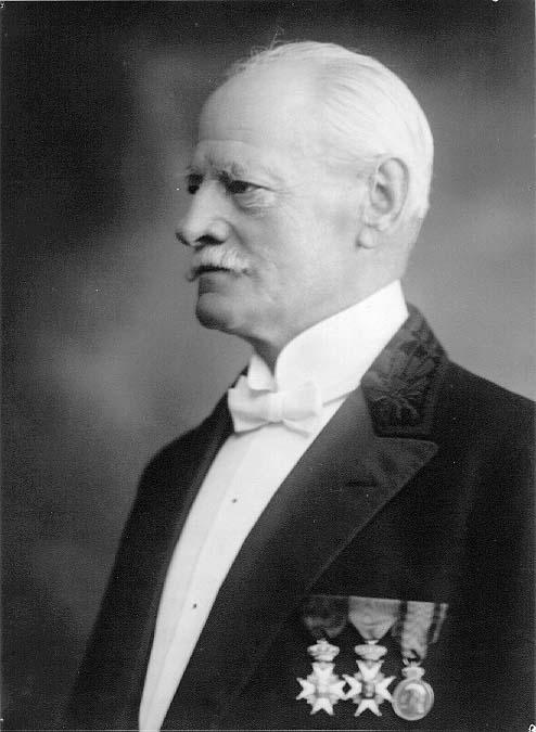 Bröstbild av högtidsklädd baron Axel von Otter med tre medaljer på bröstet.