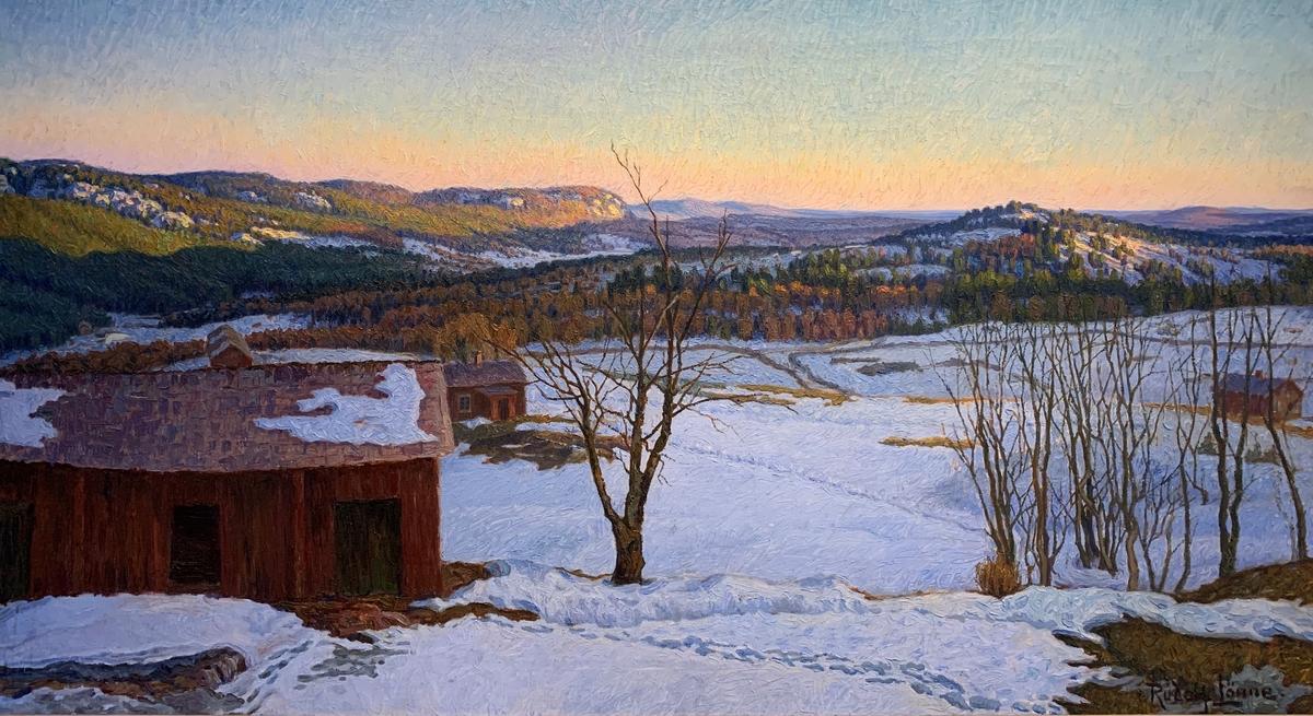 """Följande står antecknat i huvudliggare: """"Vinterlandskap med blåvit snö. I förgrunden till vänster röda hus, till höger risiga träd och buskar. I bakgrunden höjer sig skogklädda bergspartier, delvis solbelysta, över detta en ljusblå, mot horisonten rödgul himmel.""""."""
