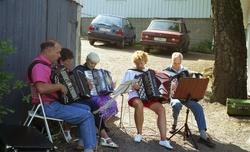 Köksorkestern spelar dragspel vid invigningen av Ekebackens