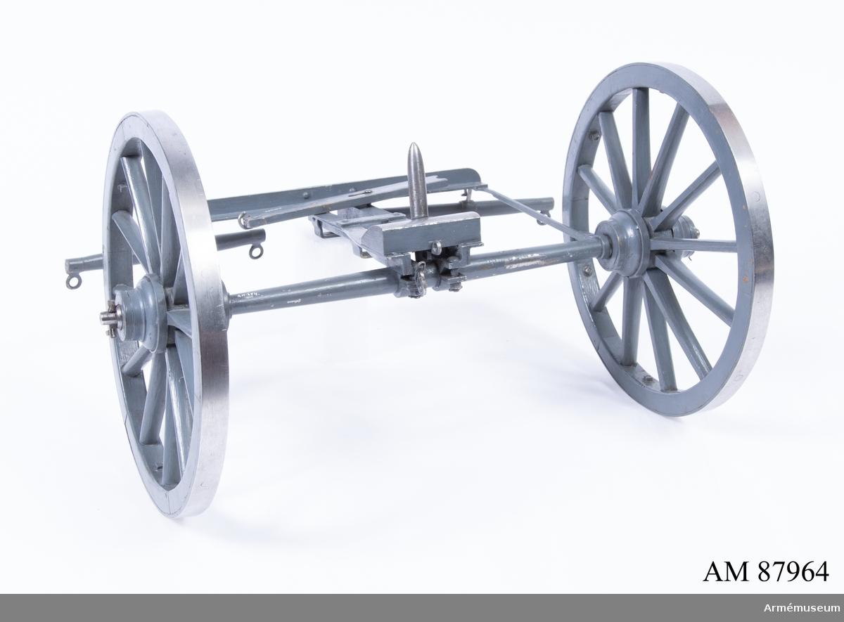 Grupp F I.  Modell av 12 cm kanon m/1885. Skala 1/5. Ouppborrad. I modellen ingår eldrör, lavett, föreställare, svänglar, tistelstång och tistelbåge.
