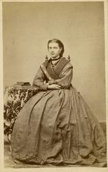 Portrett ukjent kvinne., helfigur ca. 1865-70? Visittkort. F