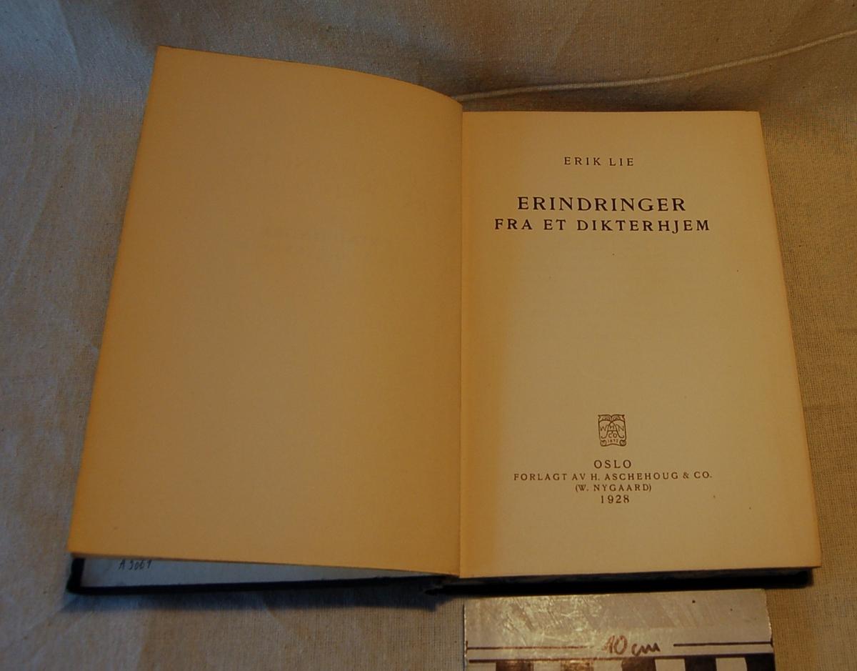 Filosofen Peter Wessel Zapffe og hans kone Berit testamenterte sin eiendom på Båstad i Asker til Universitetet i Oslo. Da det ble besluttet å selge eiendommen i 2009 ble deler av P.W. Zapffes arbeidsrom og andre eiendeler overlatt til Asker Museum. Denne samlingen inngår nå som en permanent utstilling på museet. Bok med blått bokomslag og gullbokstaver