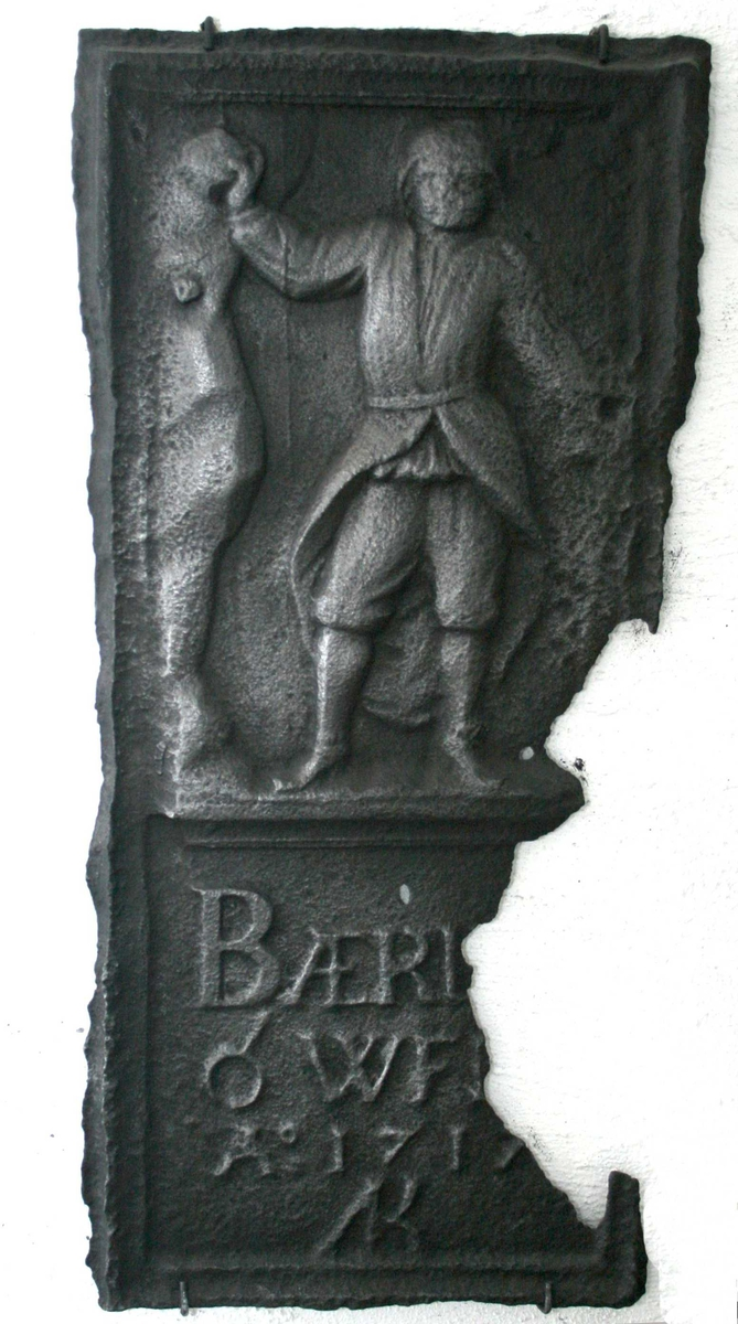 Stiger, (oppsynsmann v. gruvene) med arslær, bergkalott og bergmannsstav (hakkel), i hånden en malmklump.