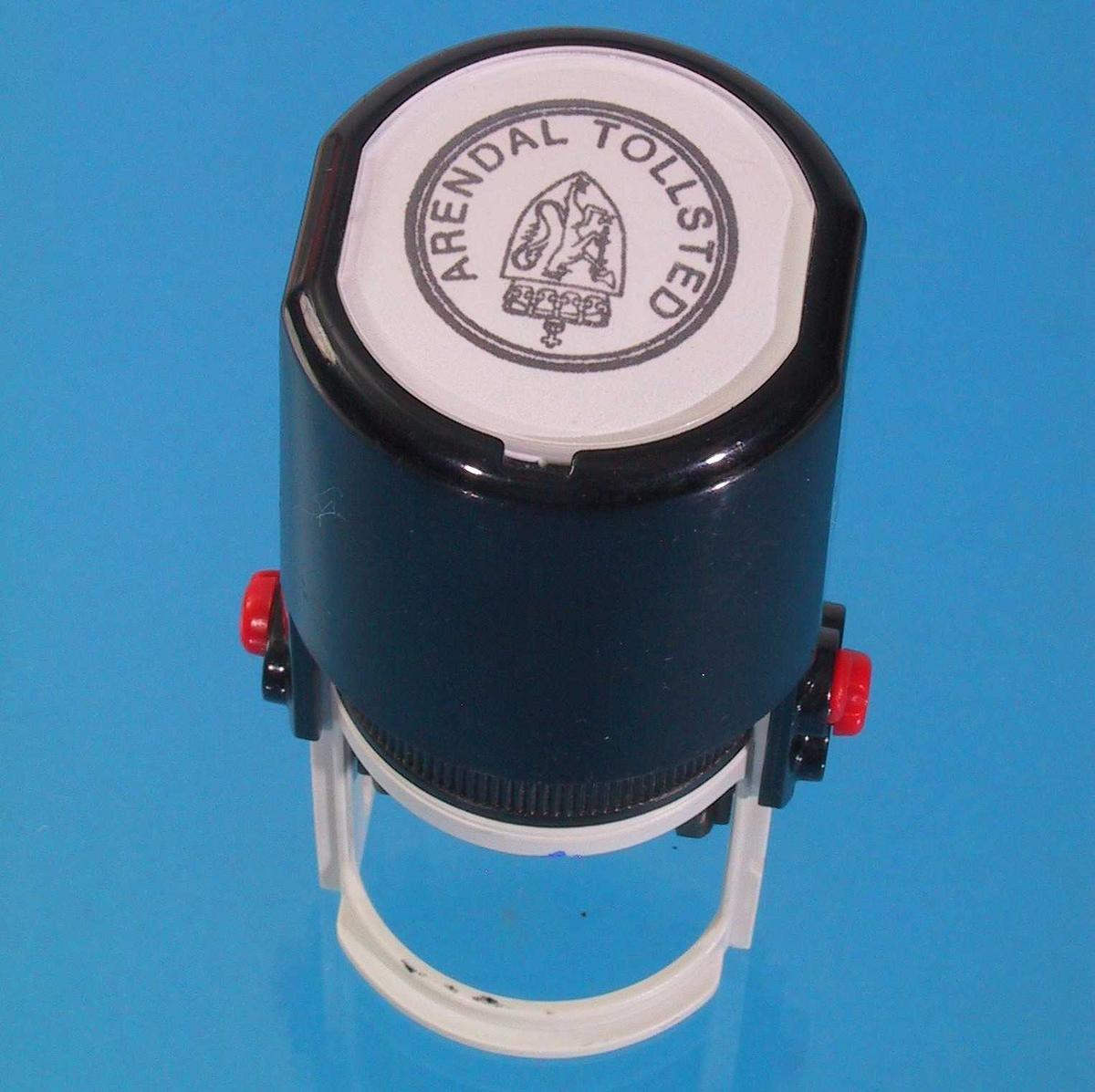 Form: Sylinderformet. Innebygd blekkpute, stempel svinges frem fra dette ved at man trykker sylinderen på toppen.