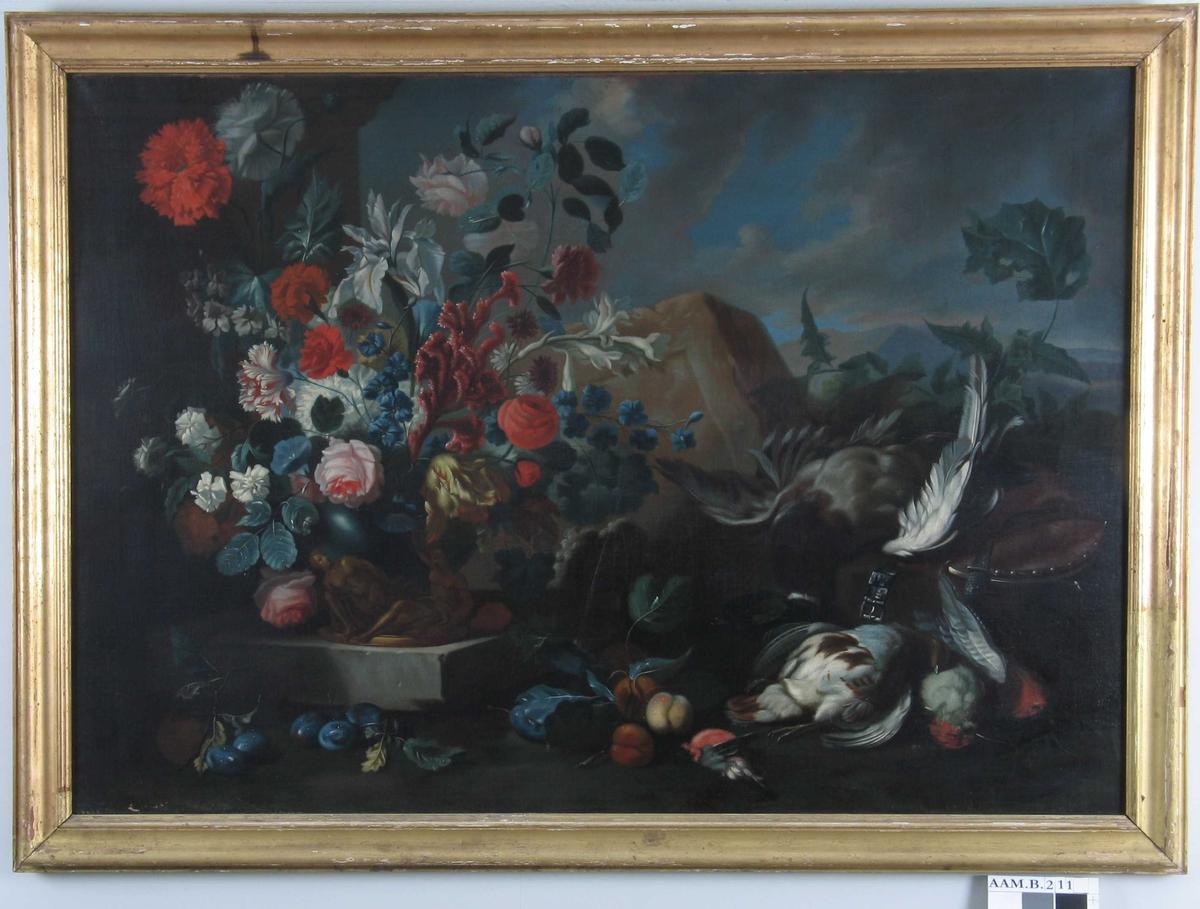Nature morte m.   blomster, frukt og vilt. I venstre billedhalvdel fyller en bukett   nelliker, roser og iris  billedflaten, på samme postament som  vasen står en liten   bronsegruppe  av en sittende mann og en liggende kvinne. I h. billedhalvdel vilt,  fugl, i forgr. langs billedkanten frukt. I bakgr.  steinblokk,   fjerne fjell og skyet himmel.