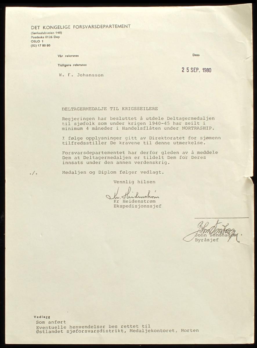 Medalje er i bronse, på advers er riksvåpenet med omskrift «9 APRIL 1940 * 8 MAI 1945 *». På revers kongeflagget, handelsflagg og orlogsflagg og innskrift «DELTAGER I KAMPEN». Motivet er omgitt av en lenke.  Medaljen produsert av firma J. Tostrup i Oslo i etterkrigstiden, mens nyere utgaver er produsert hos andre firmaer.  Ledsagende brev er i A4 format, på Departementets brevark.   DELER:  a) Medalje  b) Ledsagende brev, undertegnet av ekspedisjonssjef i Forsvarsdep.