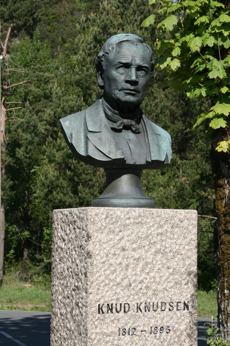 Holt kirkegård, byste, portrett av Knud Knudsen.