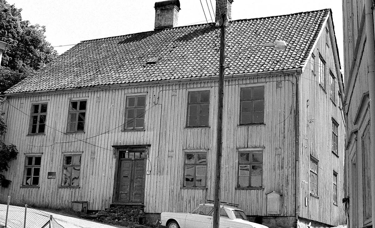 Hospitalet i Neset, Arendal, før riving. Eksteriør og noen interiørdetaljer. 8 ulike motiver scannet for kunde i 2009. Småbilde-film-mappe nr. 131.