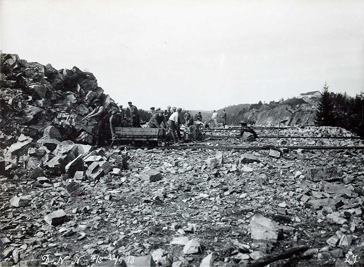 """""""22/4 1913"""" Nitriden. Planering tomt. Skinnegang for traller hvor utsprengte fjellmasser ble kjørt bort for planering. Vannbasseng på høyden"""