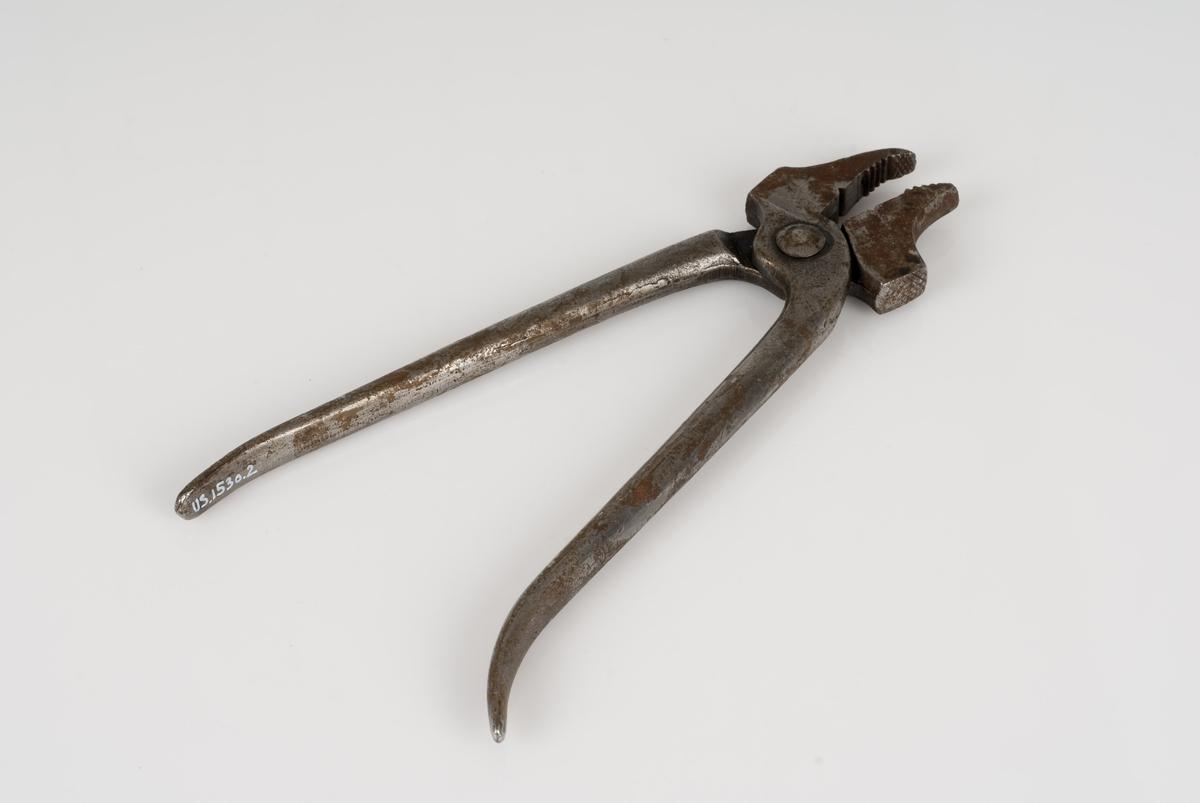 Et verktøy av jern?; tang med buet nebb.