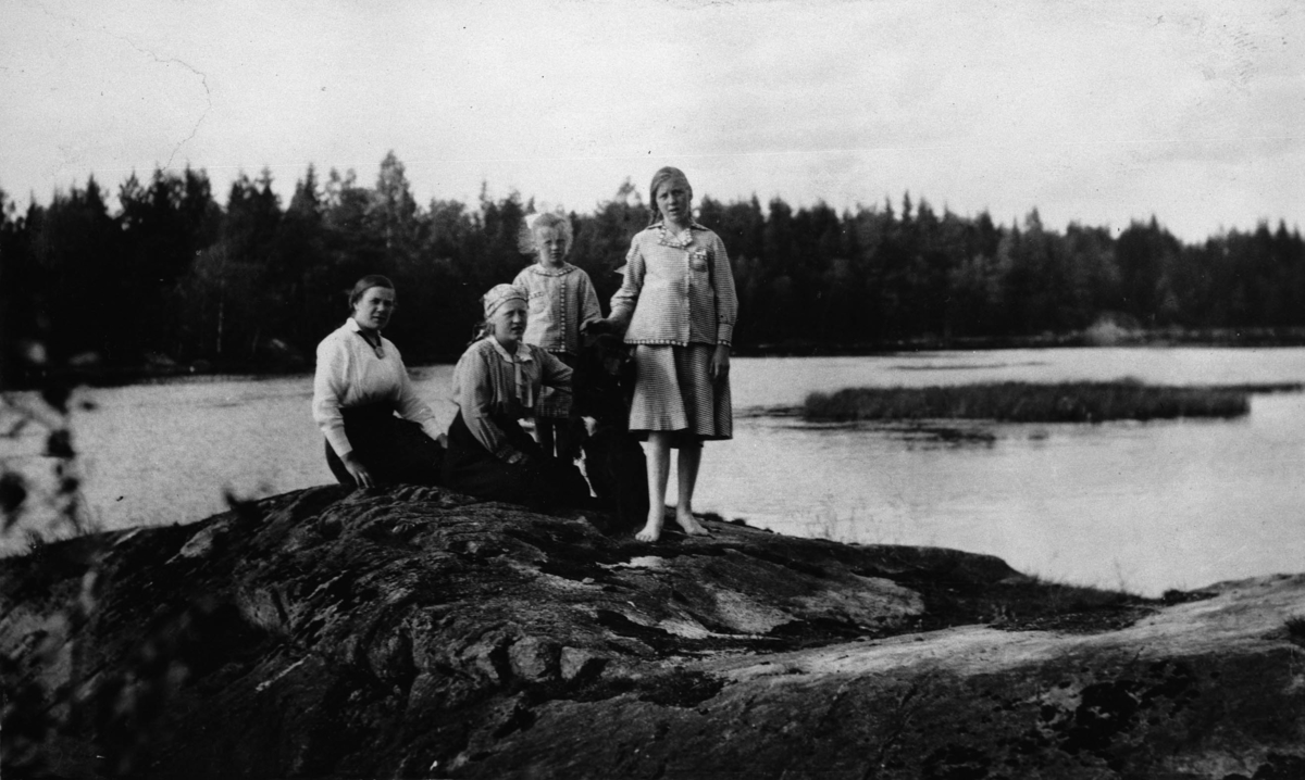 Fire damer, svaberg, vann, skog