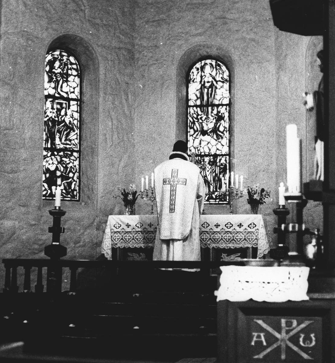 Interiør Kolbotn Kirke, Prest ved alteret