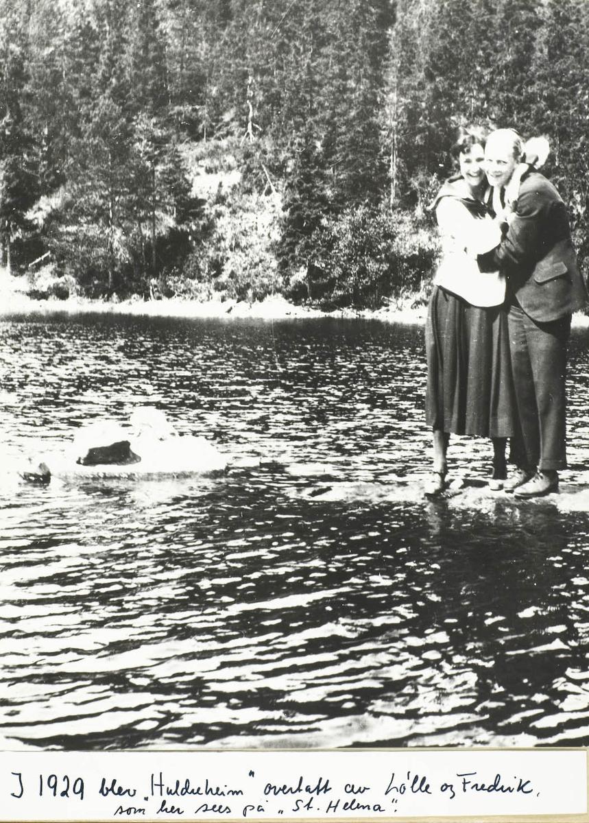 To unge mennesker på en stein i vann.