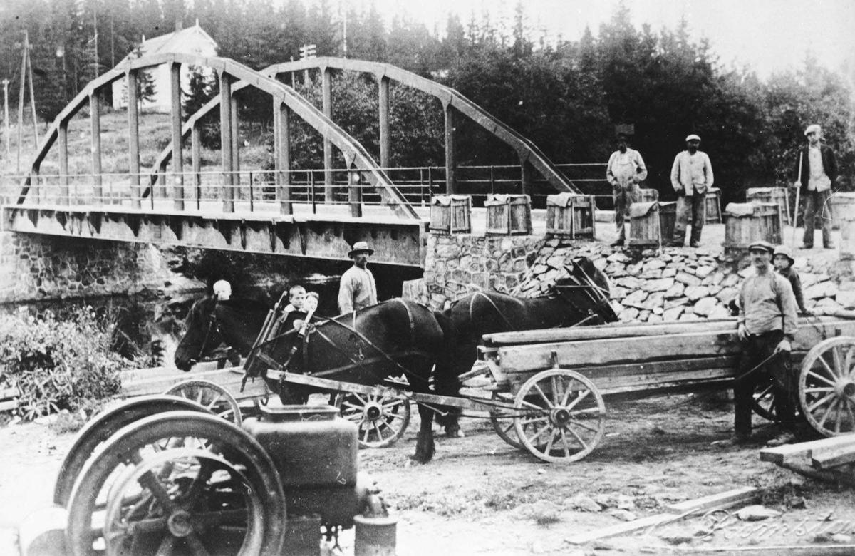 Arbeide på Fjellhamar bru. Materialer trekkes av hest og vogn, steinknuser, voksne menn og barn.