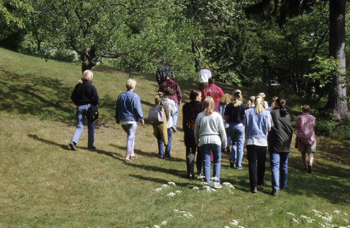 Asker Museum, orsommeren 1996. Omvisning i hagen.