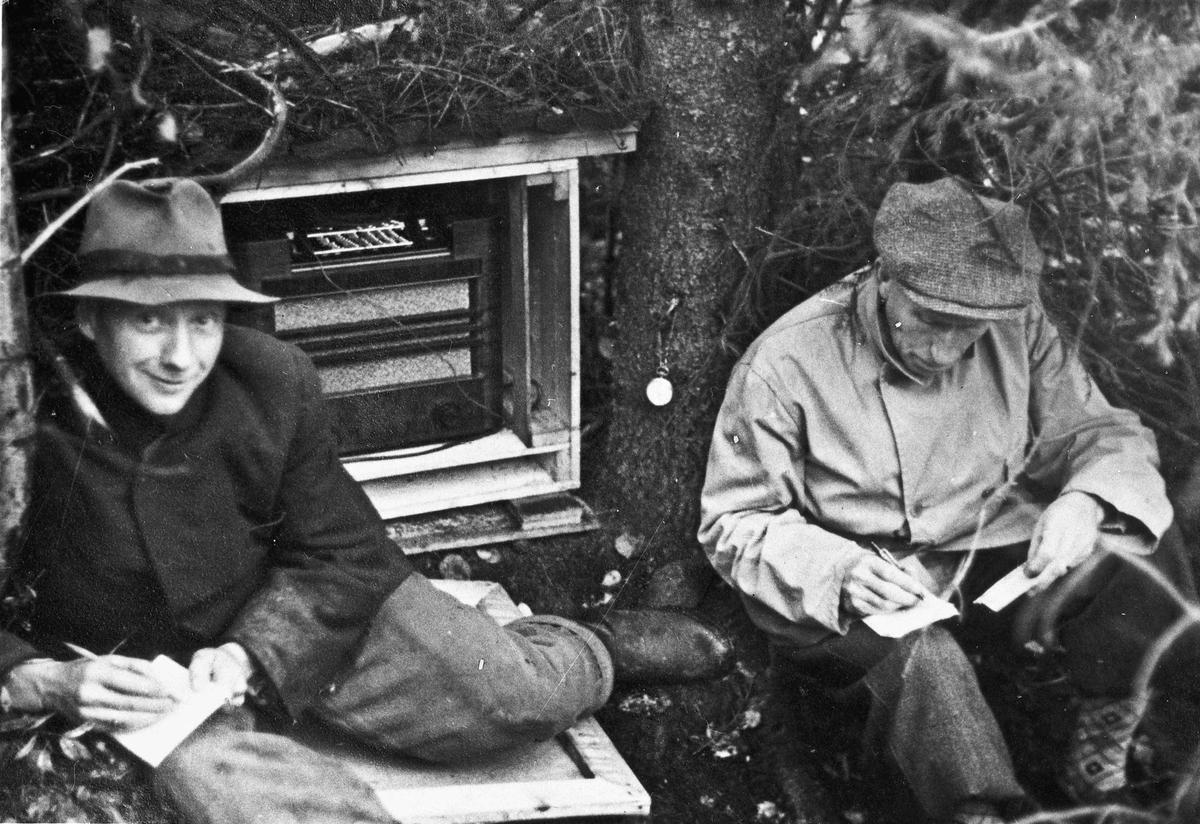 Å lytte på radio var forbudt. Bilde tatt høsten 1944. Fv. Røen, Nordanger og Lars Bry.