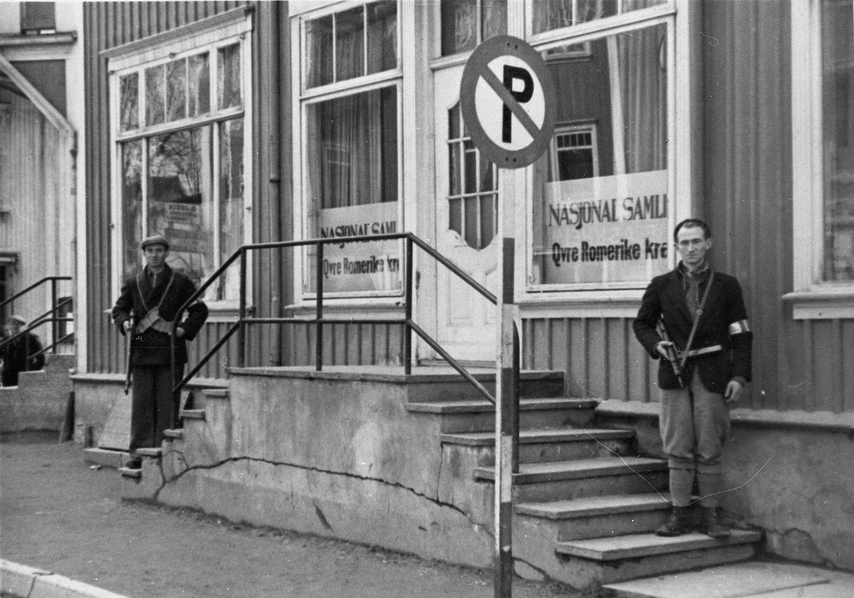 Hjemmestyrker oppstilt utenfor kontoret til Nasjonal Samling, Øvre Romerike krets.