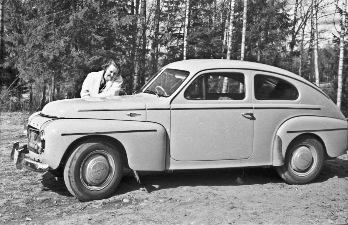 Kvinne ved VOLVO PV fra ca. 1960.